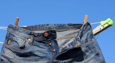 干しているジーンズ